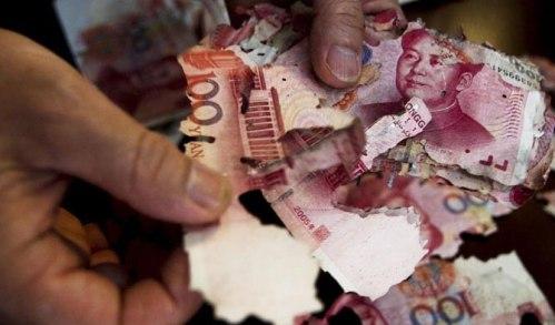 Dengan tekun dan berhati-hati anak Cai Hou memadu-padankan kembali serpihan uang kertas milik Cai Hou, ibunya setelah kedapatan robek dimakan rayap.