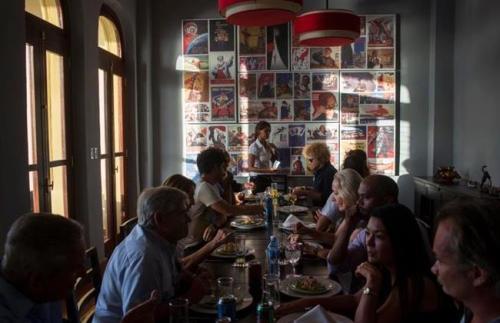 Tamu yang memesan masakan harus berbahaa Rusia, demikian pula pelayan restoran