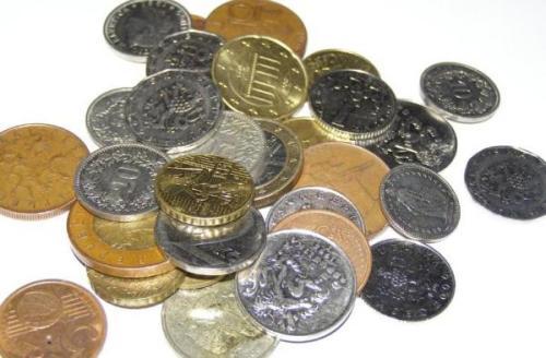 Uang logam receh milik Audrey untuk bayar pajak.  Seorang wanita Perancis menggunakan £ 66 koin untuk memprotes tagihan pajak nya. (Kili)
