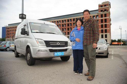 Pasangan suami istri, Yaoguo Chen dan Jie Wu tiba di Birmingham setelah menempuh perjalanan darat dan laut.