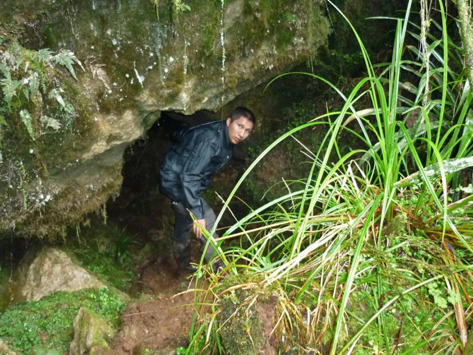Pintu masuk ke celah goa tempat Cecilio Lopez Tercero terperangkap.