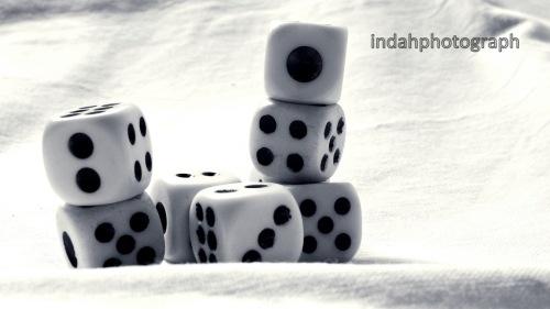 Angka 13 yang ditunjukkan dadi di latar depan selalu dihindari oleh sebagian orang. Namun angka 7 malah diminati, karena angka keberuntungan.
