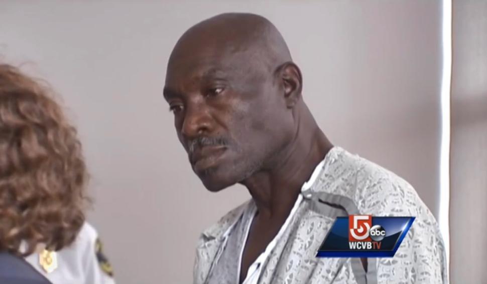 Edmond Alexandre asal Haiti terpaksa berurusan dengan polisi foderal Boston karena menyerang pramugari yang melerainya saat bertengakar dengan penumpang yang duduk di depannya.