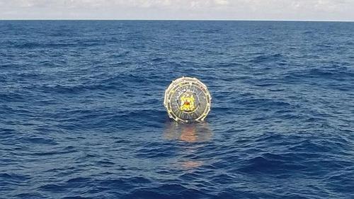 Gelembung plastik raksasa tengah mengapung di lautan lepas kawasan yang dinaiiki Reza