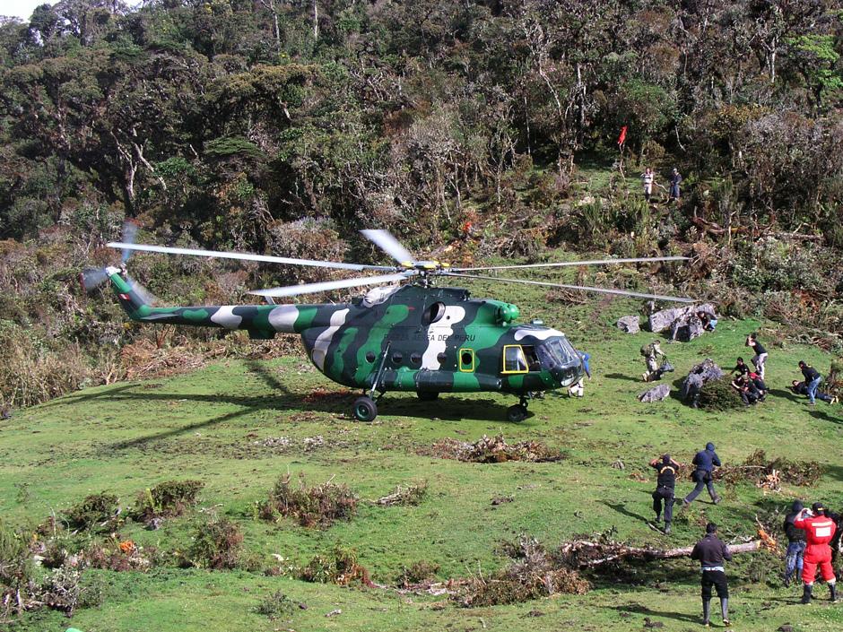 Helikopter tim SAR Peru menunggu kedatangan Lopez Tercero untuk diterbangkan ke rumah sakit di Lima, Peru ( 25/9 )