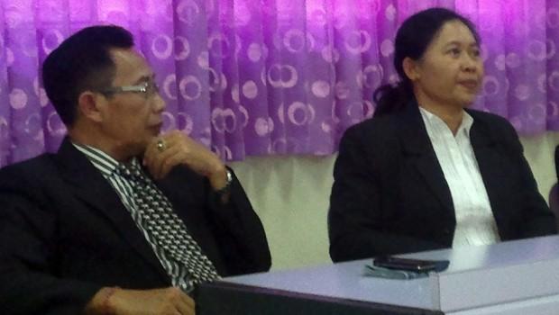 uru Besar Fakultas Kedokteran Hewan IPB I Wayan Teguh Wibawan (kiri) dengan Mahasiswa Pascasarjana FKH I Gusti Ayu Agung Suhartini memaparkan hasil penelitian antibodi Parvovirus dari Kuning Telur di Kampus IPB, Dramaga, Kamis (14/08).