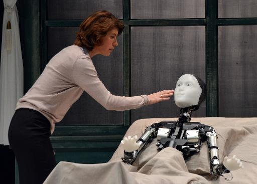 Irene Yacob dan robot Android.