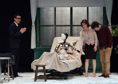 """Aktris Prancis Irene Jacob ( 2 R ) , aktor Jerome Kircher ( R ) dan Thierry Huu Vy ( L ) tampil dengan android Repliee S1 selama latihan dari """" versi La Metamorphose Androide """" di Yokohama , pinggiran kota Tokyo , 7 Oktober 2014"""