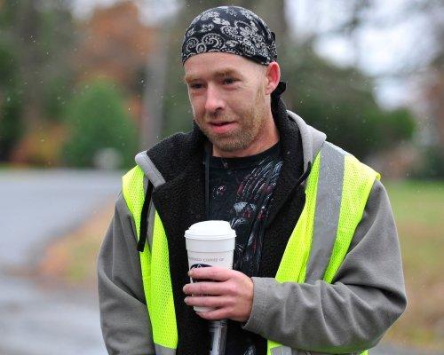 James Tully seorang buruh pabrik yang dikira Eric Frein oleh polisi Pennsylvania, mendapat sumbangan mobil dari masyarakat setempat karena