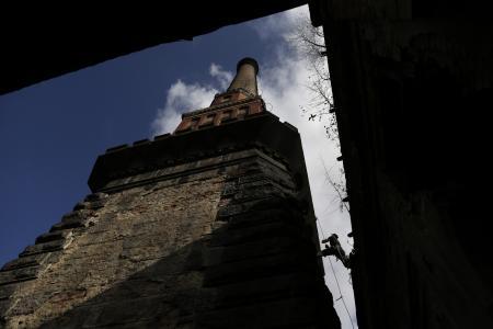 Dalam gambar ini diambil pada Sabtu 27 September, 2014 di Smrzovka , Republik Ceko , Jiri Chudoba bersiap untuk memanjat cerobong 58 meter tinggi dan 100 tahun dari bekas pabrik tekstil .