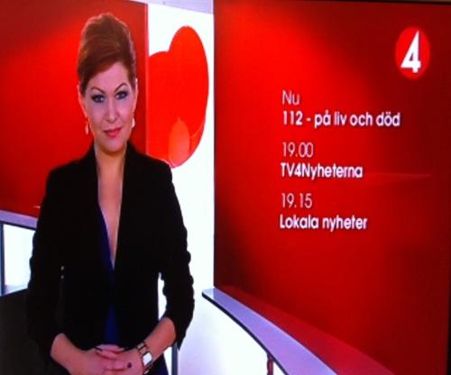 Penyiar berita TV4 Swedia sedang membacakan berita.