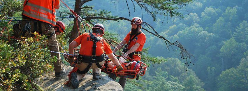 Regu penyelamat SAR bekerja mengangkat tubuh dari dasar jurang.