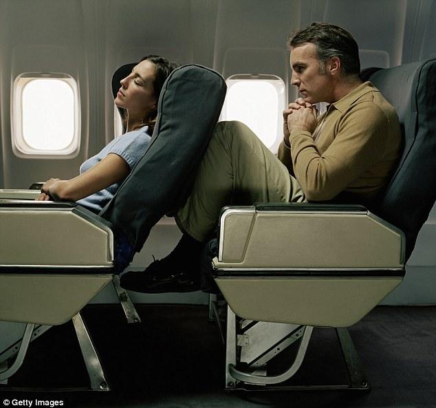 Memang bisa tidur ngorok saat sandaran kursi bisa rebah ke bawah dalam penerbangan. Tapi bagi penumpang yang duduk di belakangnya jadi tak nyaman kondisinya. Ruang tempat kaki selonjor jadi sempit. Kondisi inilah yang memicu Edmond bertengkar dengan penumpang yang duduk di depannya.