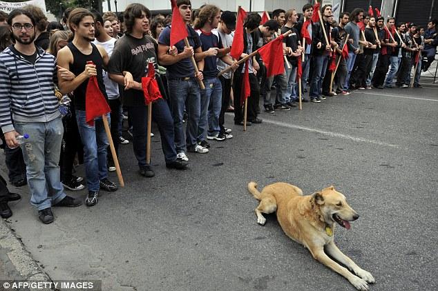Frontline : liar dapat dilihat di garis depan banyak protes di ibukota selama tiga tahun terakhir . Berikut digambarkan selama pawai siswa pada November 11, 2010