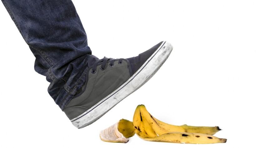 Awas hati-hati saat melangkah. Bisa terpeleset saat menginjak kulit pisang. Ilustrasi  Menginjak kulit pisang (Shutterstock).