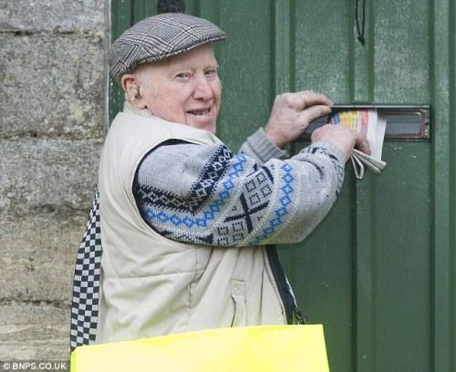 Saat musim dingin tiba dan adanya badai salju, membuat Ted kerja hati-hati. Koran cukup dia selipkan ke kotak pos atau ditaruh di beranda depan rumah pelanggan.
