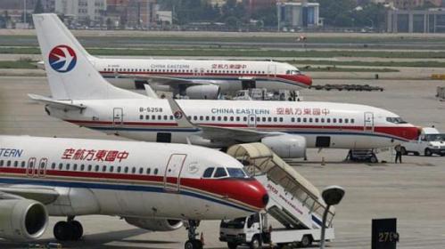 Pesawat China Eastern Airlines terlihat di landasan di Bandara Internasional Hongqiao di Shanghai, pada tanggal 29 Juli 2014.