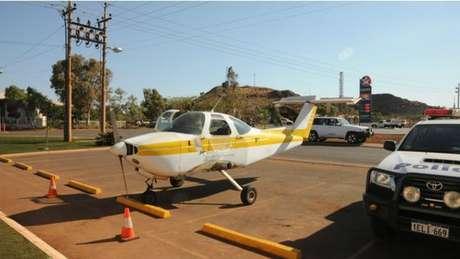 Pesawat tak bersayap ini di parkir di depan Purple Pub.