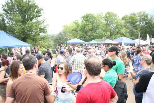 The Texas Kerajinan Brewers Fest kembali besar dan lebih baik tahun ini , dan sepertinya semua orang memiliki waktu yang baik meskipun panas terik awal dan hujan deras berikutnya hujan .