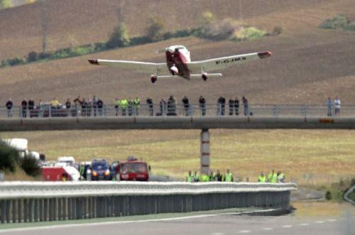 Sebuah pesawat kecil berpenumpang empat orang mendarat darurat di Nailloux, Prancis -- LIONEL BONAVENTURE / AFP