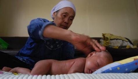 Pijat yang dilakukan kepada bayi sudah biasa dilakukan masyarakat Indonesia khususnya di Jawa pada dasarnya memiliki manfaat baik untuk kesehatan. Namun jika pemijatan itu dilakukan dengan tidak benar maka justru akan berakibat fatal bahkan hingga kematian. Foto :   TEMPO/Gunawan Wicaksono.