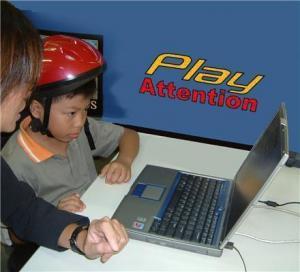 Anak menggunakan Play Attention, sistem komputer beroperasi pikiran untuk perawatan ADHD.
