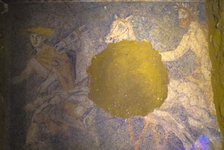 Mozaik tersebut tersusun indah dari potongan kecil batu putih, hitam, biru, merah, kuning, dan abu-abu yang menggambarkan sebuah kereta yang ditarik oleh dua kuda putih yang dikemudikan oleh Pluto yang tergambar sebagai pria berjanggut dan mengenakan mahkota.