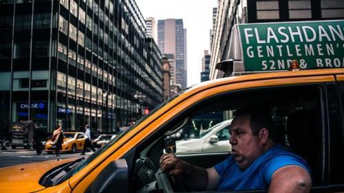 Oumar Maiga saat mengemudikan taksinya di keramaian lalu lintas Philadelphia.