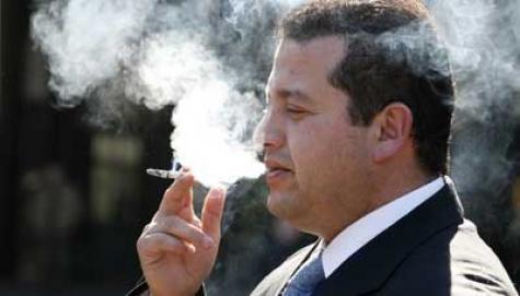 Sudah jelas merokok mengganggu kesehatan. Pria perokok berat apalagi dirinya juga obesitas, perlu waspada akan dampak merokok bagi kesehatan paru-paru, jantung dan pembuluh darah.