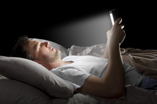 Penggunaan pemancar cahaya perangkat elektronik (LE-book) dalam jam sebelum tidur dapat berdampak buruk terhadap kesehatan secara keseluruhan, kewaspadaan, dan jam sirkadian yang mensinkronisasikan irama harian tidur untuk isyarat waktu lingkungan eksternal.