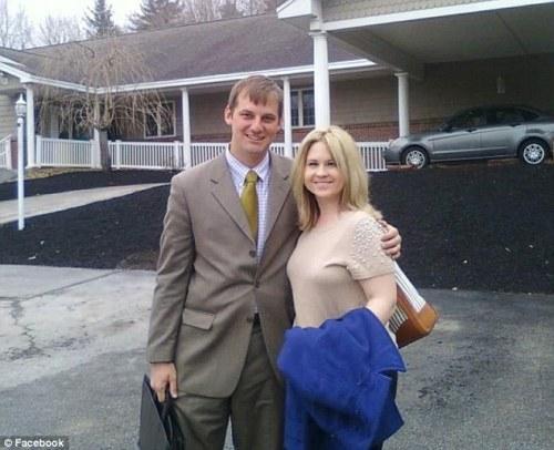 Pasangan muda, Matthew ( kiri ) dan istrinya, Janelle Jones ( kanan ) memutuskan mengembalikan uang itu kepada pihak restoran cepat saji di Rochester. Untuk kejujurannya itu, pasangan muda itu mendapatkan hadiah, makan gratis