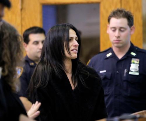 Karen Shearon menangis terisak di depan polisi saat dirinya ditangkap.