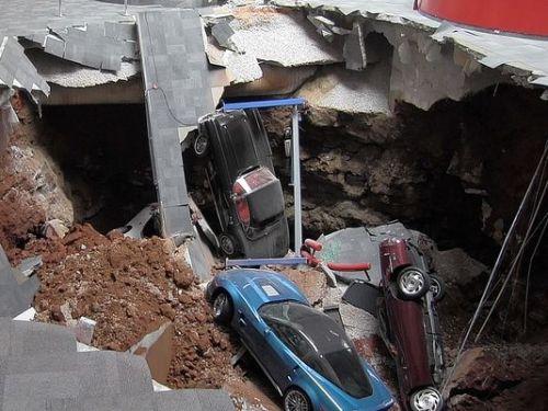 Tiga mobil sport terjerembab masuk lubang.