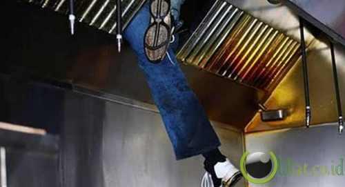 Perampok itu terus mengaduh saat dirinya dikeluarkan dari lubang ventilasi oleh Petugas Pemadam Kebakaran Seattle.