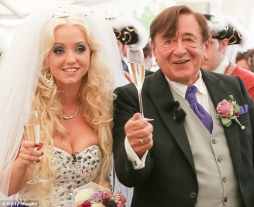 Kini pengusaha kaya Richard Lugner resmi menjadi suami Cathy Schmitz.