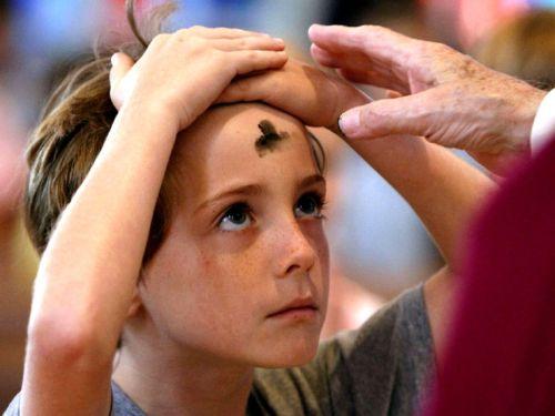 Tanda salib dari abu diberikan kepada anak saat merayakan Rabu Abu. Rabu Abu adalah hari pertama Masa Prapaska, yang menandai bahwa kita memasuki masa tobat 40 hari sebelum Paska.