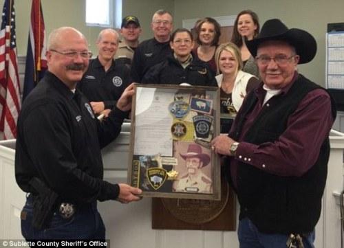 Sheriff Gene Bryson ( kanan ) mengajukan pensiun setelah 60 tahun bertugas sebagai sheriff.