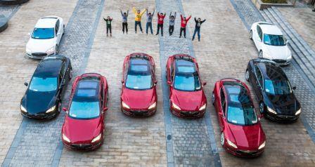 Delapan karyawan mendapat bonus mobil sebagai bentuk penghargaan perusahaan atas prestasi kerja mereka yang dinilai baik.