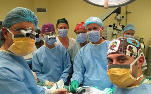 Stellenbosch University dokter melakukan transplantasi sukses penis yang pertama di dunia di Cape Town, Afrika Selatan.