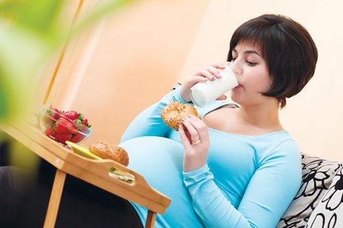 Makan bergizi sangat dianjurkan bagi ibu hamil. Akan tetapi ada batasannya, yaitu hindari asupan berlebihan. Ini dilakukan untuk menjaga berat badan agar tak berlebihan selama mengandung hingga persalinan.