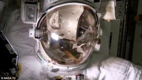 eorang astronot AS menemukan kebocoran air dalam helmnya setelah menyelesaikan spacewalk 6 jam pada hari Rabu.