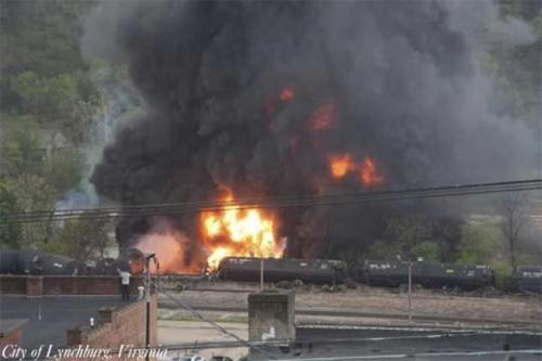 Warga di dua kota di West Virginia, Amerika Serikat, dievakuasi setelah kereta pengangkut minyak mentah terguling dan menimbulkan kebakaran besar. Rangkaian kereta tersebut terdiri dari dua lokomotif dan 109 gerbong yang berangkat dari North Dakota menuju Yorktown di Virginia.