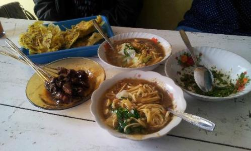 Mie Ongklok hasil racikan Mbak Iyah cukup sederhana penyajiannya. Akan tetapi dari segi rasa, tak kalah dengan racikan koki restoran yang ada di Wonosobo.