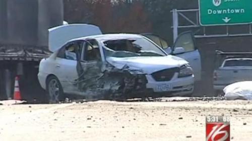 Kondisi mobil Mari Johanna Gawenda yang terbakar dan menabrak jembatan.