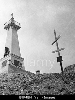 Monumen explorer Rusia Semyon Dezhnev di Cape Dezhnev kanan monumen lama meninggalkan monumen baru.