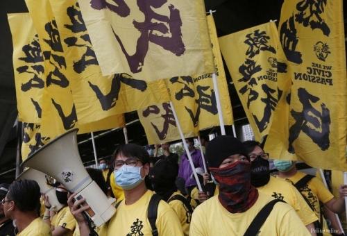 Dalam aksinya, para demonstran memblokade jalan-jalan di wilayah Yuen Long dengan mendirikan banyak tong sampah. Aksi itu pun menyebabkan lalu lintas menjadi terganggu.