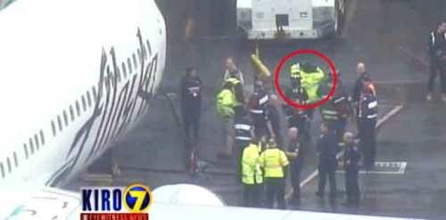 Petugas kargo langsung diamankan begitu pesawat mendarat kembali di bandara Seattle.