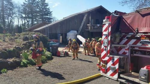 Petugas pemadam kebakaran Oregon bersiap meninggalkan lokasi kebakaran rumah yang berhasil dipadamkan. Di lokasi ini pula petugas pemadam kebakaran berhasil menyelamatkan dua ekor kucing yang terjebak kobaran api dan asap.