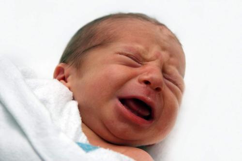 Bayi rewel menangis wajar, tapi jadi tak wajar jika ayahnya tega memlester mulut si bayi agar berhenti menangis.
