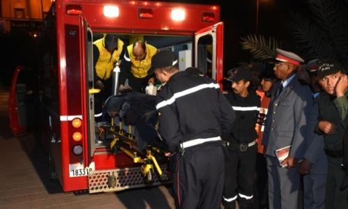 Petugas penyelamat Spanyol membawa Juan Bolivar ke sebuah klinik di Ouarzazate . Foto: FADEL SENNA / AFP / Getty Images